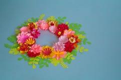 Fleurs et insectes faits à partir du papier sur un fond bleu Fleurs tropicales et un papillon Photo stock
