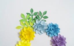 Fleurs et insectes faits à partir du papier Fleurs tropicales et un papillon Image stock