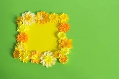 Fleurs et insectes faits à partir du papier Fleurs tropicales et un papillon Photographie stock