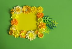 Fleurs et insectes faits à partir du papier Fleurs tropicales et un papillon Photo stock