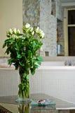 Fleurs et jacuzzi photographie stock libre de droits