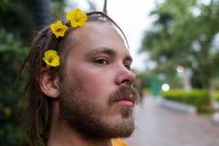 Fleurs et jardinage d'élagage d'homme Image stock