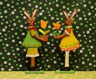Fleurs et lièvres de décoration de Pâques Photo stock