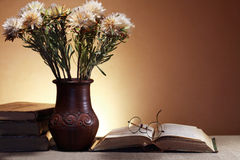Fleurs et livres Photographie stock