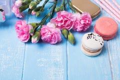 Fleurs et macarons Photos libres de droits