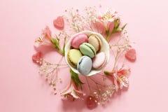Fleurs et macarons Photos stock