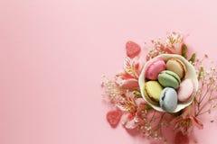 Fleurs et macarons Image libre de droits