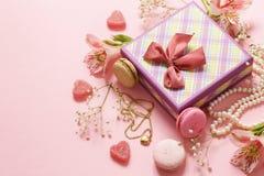 Fleurs et macarons Photographie stock libre de droits
