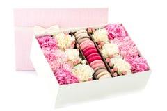 fleurs et macarons dans le boîte-cadeau Photographie stock libre de droits
