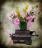 Fleurs et machine à écrire roses de compte Image stock