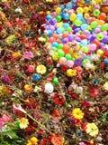 Fleurs et modèle coloré de ballons photos stock