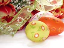 Fleurs et oeufs de Pâques Image stock