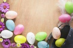 Fleurs et oeufs de pâques colorés Image libre de droits