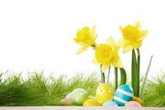 Fleurs et oeufs de pâques jaunes Photo stock
