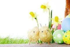 Fleurs et oeufs de pâques jaunes Images stock