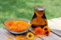 Fleurs et pétrole de Calendula Photo libre de droits