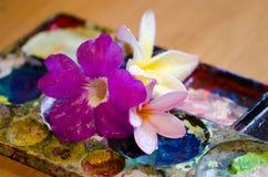 Fleurs et palettes Photo stock