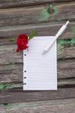 Fleurs et papier sur le fond en bois Photo stock