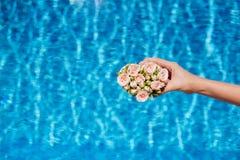 Fleurs et piscine d'eau photo stock