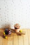 Fleurs et pomme sur les planches en bois Image libre de droits