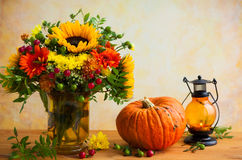 Fleurs et potiron d'automne photo libre de droits