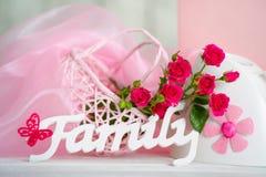 Fleurs et signe roses de famille Image stock