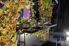 Fleurs et table de salle à manger Images libres de droits
