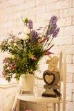 Fleurs et un ange sur la table blanche Photos stock