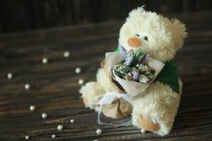 Fleurs et un ours de nounours Photo libre de droits
