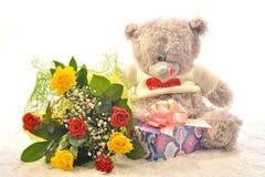 Fleurs et un ours de nounours Photo stock