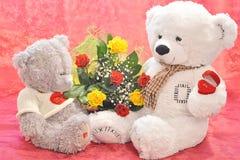Fleurs et un ours de nounours Images stock