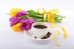 Fleurs et une cuvette de café. photo stock