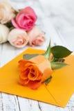 Fleurs et une lettre Photos libres de droits