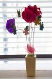 Fleurs faites à partir du ruban et des trombones Photographie stock libre de droits