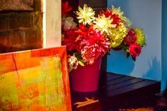 Fleurs faites de matériaux artificiels dans un seau rose photographie stock