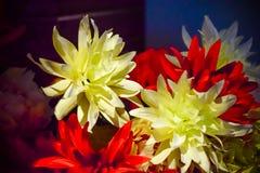 Fleurs faites de matériaux artificiels dans un seau rose photographie stock libre de droits