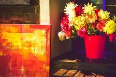 Fleurs faites de matériaux artificiels dans un seau rose images stock