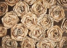 Fleurs faites main avec des feuilles de vieux livre image stock