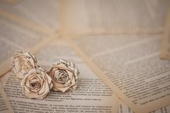 Fleurs faites main avec des feuilles de vieux livre images libres de droits