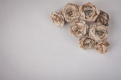 Fleurs faites main avec des feuilles de vieux livre image libre de droits