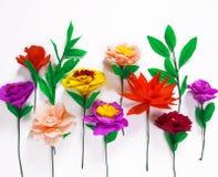 Fleurs faites main colorées sur un fond blanc avec l'espace de copie Image libre de droits