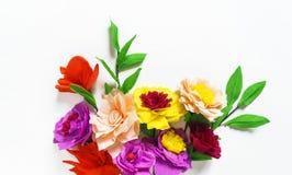 Fleurs faites main colorées sur un fond blanc avec l'espace de copie Photo stock