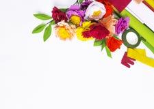 Fleurs faites main colorées sur un fond blanc avec l'espace de copie Photos libres de droits