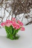 Fleurs fraîches dans la neige Photo stock