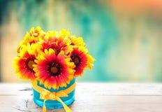 Fleurs fraîches dans le vase sur la table en bois Fond de cru Photographie stock