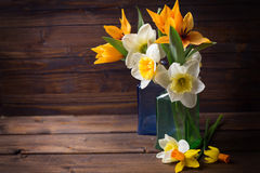 Fleurs fraîches de narcisse de jaune de ressort dans des bouteilles Images stock