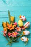 Fleurs fraîches de tulipes de ressort et oeufs décoratifs Images libres de droits