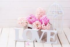 Fleurs fraîches et amour de mot Photos libres de droits