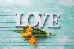 Fleurs fraîches et amour de mot Photographie stock