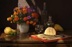 Fleurs, fruit, fromage et vin Photographie stock